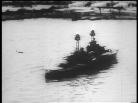b/w dec 7 1941 aerial japanese bomber passing ship after dropping bomb pearl harbor / newsreel - 真珠湾攻撃点の映像素材/bロール