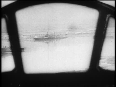 b/w dec 7 1941 airplane point of view japanese plane about to bomb ship at pearl harbor / newsreel - 真珠湾攻撃点の映像素材/bロール