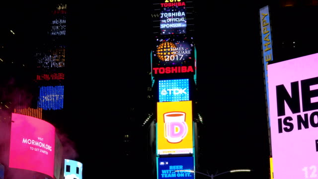 vídeos de stock e filmes b-roll de december 08, 2016: the new year's eve ball will drop at one times square atop of the toshiba tower / shown here is the exact location of the ball... - painel publicitário eletrónico