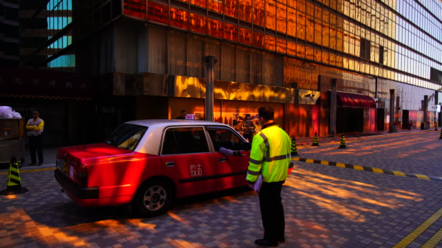 stockvideo's en b-roll-footage met hong kong, china - december 17 2018. a red taxi running on the street in hong kong. over 90% daily travelers use public transport. - hong kong