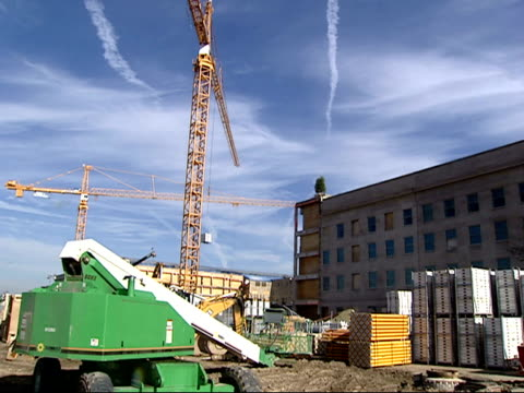 vídeos de stock, filmes e b-roll de december 19 2001 montage construction crane and operator during pentagon rebuilding after 9/11 / arlington virginia united states - política e governo