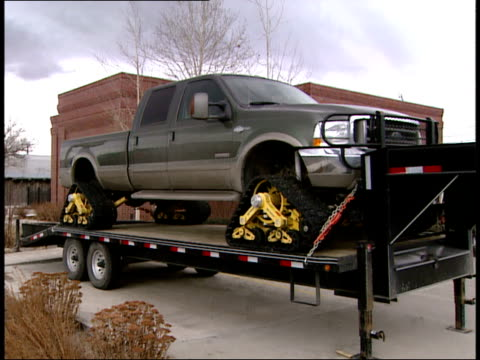 december 19, 2006 pickup with crawler tracks instead of wheels on a trailer / montana, united states - 代理点の映像素材/bロール