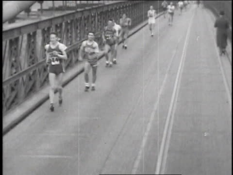 vidéos et rushes de december 2 1935 montage men speed walking through rainy streets / new york new york - 1935