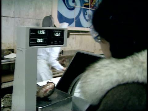 december 23, 1987 employee weighing fish for a customer at smolensky state market / moscow, russia - skåp med glasdörrar bildbanksvideor och videomaterial från bakom kulisserna