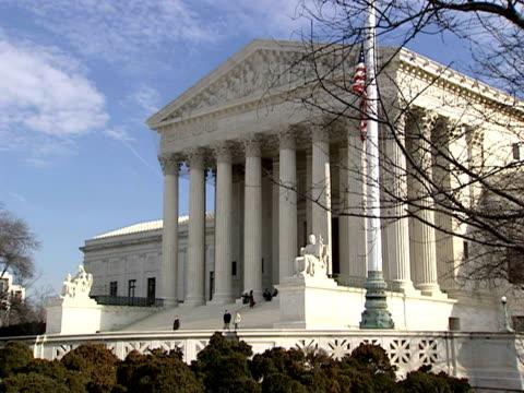 december 29 2006 pan 'contemplation of justice statue outside supreme court building / washington dc united states - コンテンプレーションオブジャスティス像点の映像素材/bロール