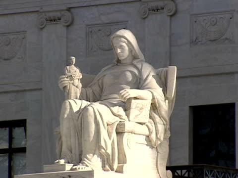 december 29 2006 zi 'contemplation of justice statue outside the supreme court building / washington dc united states - コンテンプレーションオブジャスティス像点の映像素材/bロール