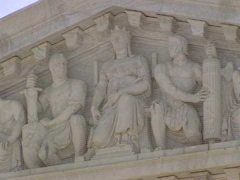 december 29 2006 zo pediment carvings and 'equal justice under law over western facade of the supreme court building / washington dc united states - architrav stock-videos und b-roll-filmmaterial