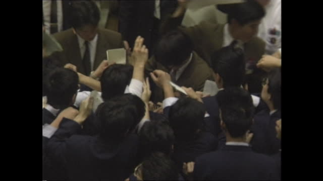december 29 the runaway growth of share pricing which turned out to be a bubble in later brought the highest closing price to the final nikkei stock... - 1980~1989年点の映像素材/bロール