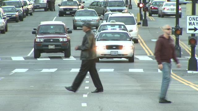 december 4, 2004 traffic passing and pedestrians walking across a busy intersection / washington, d.c., united states - 50 sekunder eller längre bildbanksvideor och videomaterial från bakom kulisserna