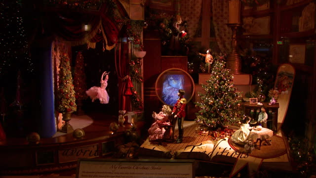 vídeos de stock, filmes e b-roll de december 5 2008 ha holiday decorations showing scene from the nutcracker in a store window / new york city new york united states - brinquedo