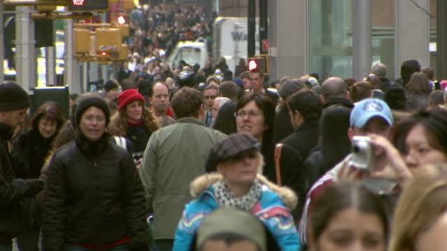 vidéos et rushes de december 5, 2008 pedestrians crowding busy sidewalk / new york city, new york, united states - style des années 2000