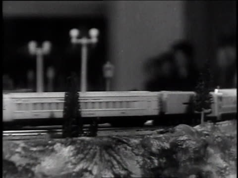 vidéos et rushes de december 9, 1935 montage crowd watching electric train display running on miniature tracks / new york, new york  - 1935