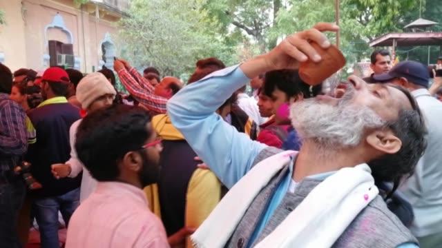 decenas de activistas hindues realizaron el fin de semana una fiesta de orina de vaca en la capital de india para protegerse del nuevo coronavirus - delhi stock videos & royalty-free footage