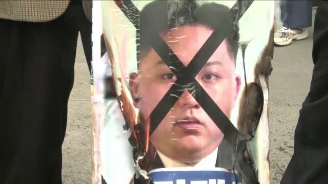 Decenas de activistas surcoreanos protestaron este lunes en Seul contra el regimen de Pyongyang el mismo dia en que Corea del Norte celebra el...