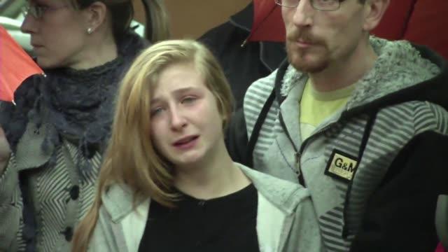 decenas de alumnos de un instituto aleman lloran y recuerdan este miercoles a 16 companeros muertos victimas del accidente aereo en francia - luto stock videos and b-roll footage