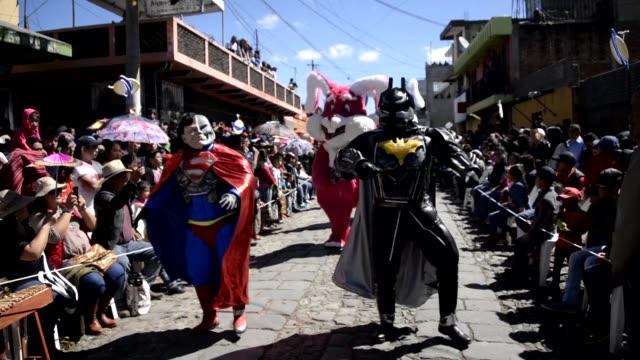 vídeos de stock e filmes b-roll de decenas de artistas disfrazados de personajes salieron a bailar a las calles de sumpango al oeste de guatemala para despedir al 2016 lucieron la... - bailar