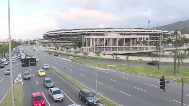 decenas de brasilenos hicieron fila el viernes en las afueras del estadio de maracana para comprar su entrada para el esperado partido de reapertura... - entrada stock videos and b-roll footage