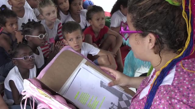 decenas de contadores de historias entregaron libros en una favela de rio para fomentar la lectura en un territorio hostil a este habito - storyteller stock videos & royalty-free footage