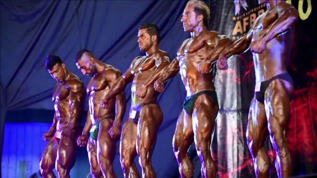 decenas de fisioculturistas afganos expusieron sus prominentes musculos durante la final del concurso mr afganistan - wettbewerb unterhaltungsveranstaltung stock-videos und b-roll-filmmaterial