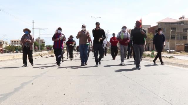 vídeos de stock e filmes b-roll de decenas de habitantes de la ciudad de cochabamba, en el centro de bolivia, desafiaron el jueves la orden de confinamiento y salieron a protestar con... - exigir
