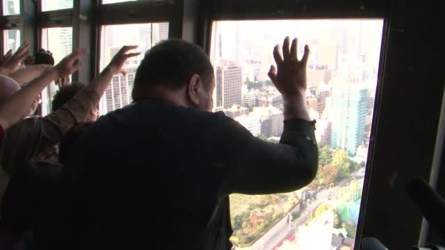 Decenas de jovenes disfrazados de zombies llevaron el terror a las alturas este jueves en la Torre de Tokio como parte de las celebraciones de...