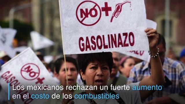 decenas de mexicanos salieron a protestar en la capital en rechazo al fuerte aumento de los combustibles que empezo a regir el 1 de enero como parte... - gasolina stock videos & royalty-free footage