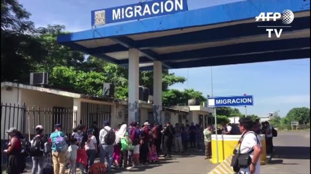 vídeos y material grabado en eventos de stock de decenas de migrantes salvadorenos ingresaban el martes a mexico con el objetivo de llegar hacia estados unidos - ee.uu