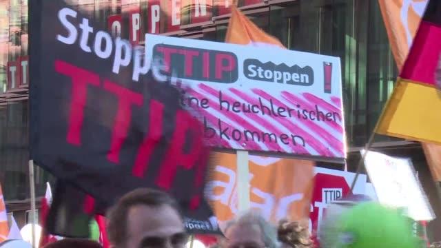 vídeos y material grabado en eventos de stock de decenas de miles de alemanes se movilizaron en berlin en rechazo a los acuerdos comerciales de gran amplitud que la union europea negocia con estados... - ee.uu