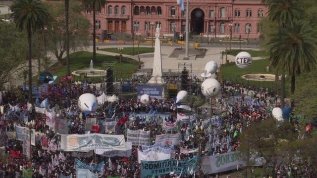 decenas de miles de argentinos marcharon el lunes en buenos aires en el dia previo a una huelga general en rechazo a las medidas de austeridad del... - mauricio macri stock videos and b-roll footage