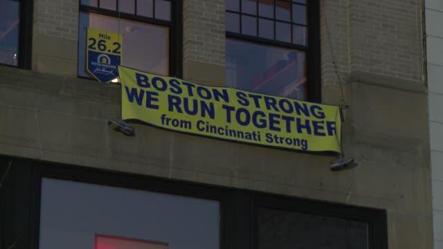 decenas de miles de corredores y una multitud de espectadores se lanzaban este lunes a las calles de boston bajo un fuerte operativo de seguridad... - multitud stock videos & royalty-free footage
