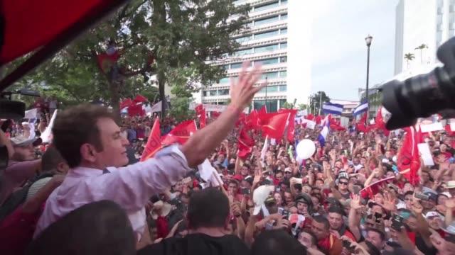 decenas de miles de hondurenos en una multitudinaria marcha contra la reeleccion del presidente derechista juan orlando hernandez la tarde del sabado... - multitud stock videos & royalty-free footage