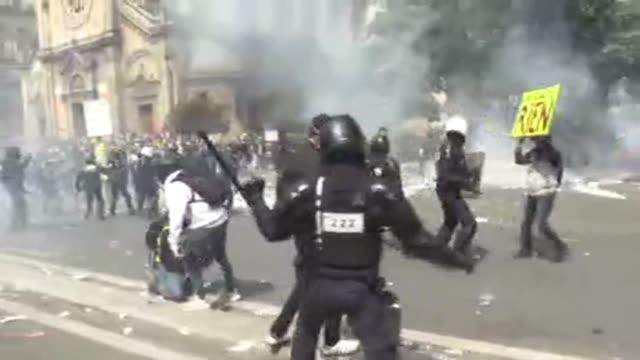 decenas de miles de manifestantes desfilaron el miercoles en paris para la tradicional marcha del 1 de mayo salpicada de choques gases lacrimogenos y... - sindicatos stock videos & royalty-free footage