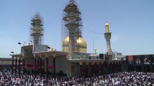 vídeos de stock, filmes e b-roll de decenas de miles de peregrinos se congregaron el martes en un santuario en bagdad para conmemorar el aniversario de la muerte de un venerado iman... - irak