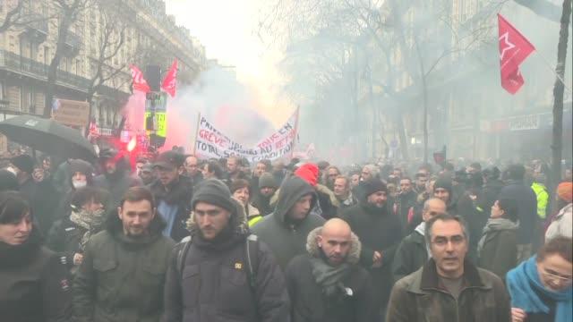 decenas de miles de personas entre ellos profesores medicos y empleados ferroviarios exigieron de nuevo el jueves en las calles de toda francia que... - transporte stock videos & royalty-free footage
