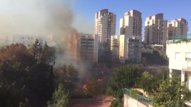 decenas de miles de personas fueron evacuadas el jueves en haifa tercera ciudad de israel debido a unos incendios que azotan el pais desde hace tres... - haifa stock videos and b-roll footage