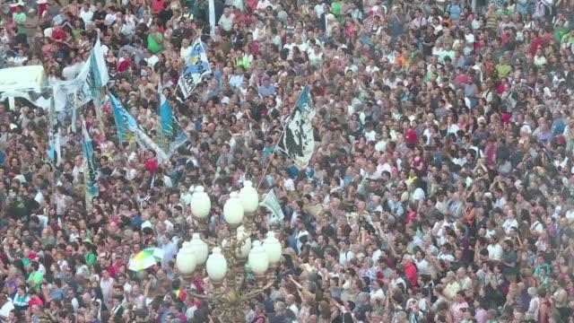 decenas de miles de personas manifestaron este martes en contra las politicas de mauricio macri que cumple 32 dias en la presidencia - mauricio macri stock videos and b-roll footage