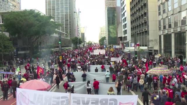 decenas de miles de personas salieron a la avenida paulista de sao paulo para protestar contra los ajustes impulsados por el presidente michel temer... - avenida stock videos & royalty-free footage