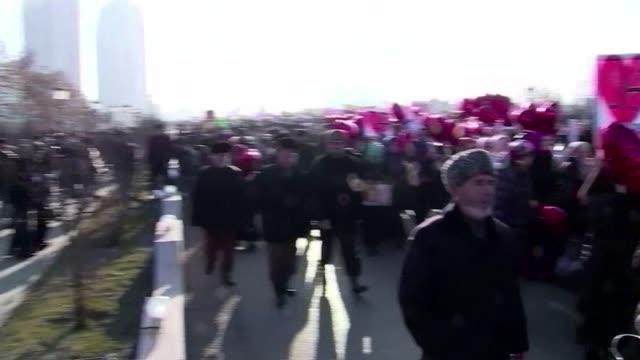 decenas de miles de personas se manifestaron este lunes en la capital de chechenia para protestar por la publicacion de caricaturas del profeta... - grosny stock-videos und b-roll-filmmaterial