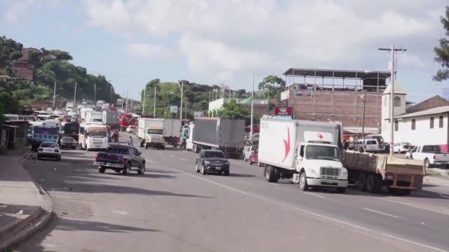 decenas de miles de transportistas hondurenos suspendieron el viernes los bloqueos que mantenian en carreteras de diferentes regiones del pais por... - transporte bildbanksvideor och videomaterial från bakom kulisserna