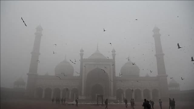 decenas de millones de persons sufrian el miercoles los efectos de una espesa niebla contaminante en india y pakistan - air pollution stock videos & royalty-free footage