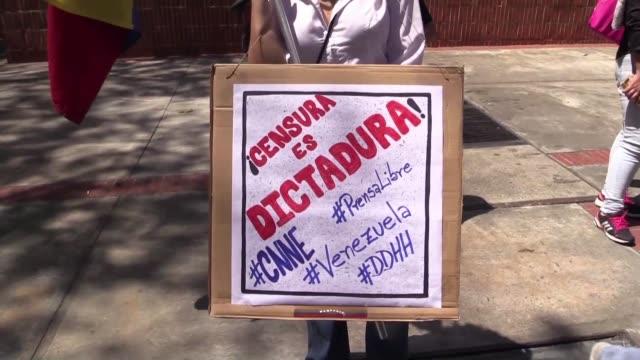 vídeos de stock e filmes b-roll de decenas de periodistas y trabajadores de la prensa protestaron el jueves afuera de la comision nacional de telecomunicaciones en caracas para exigir... - exigir
