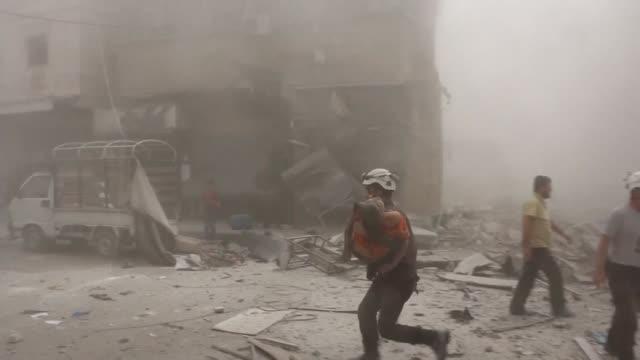 vídeos y material grabado en eventos de stock de decenas de personas murieron en alepo tras nuevos ataques del gobierno y de los rebeldes este jueves la violencia en la ciudad siria ha dejado mas de... - viernes