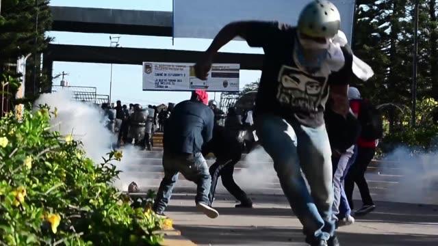 vídeos de stock e filmes b-roll de decenas de policías militares dejaron al menos cuatro heridos el lunes en honduras al disparar con fusiles contra cientos de estudiantes que... - exigir