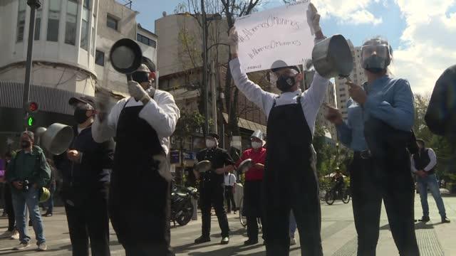 """decenas de trabajadores de restaurantes protestaron el martes con un """"cacerolazo"""" para exigir a las autoridades de ciudad de méxico levantar las... - restaurante stock videos & royalty-free footage"""