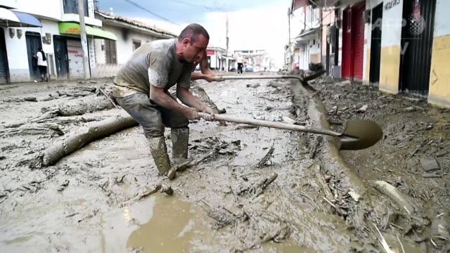 Decenas de voluntarios removian el lodo que cubrio las calles de Corinto un poblado del suroeste de Colombia donde una avalancha dejo tres muertos y...