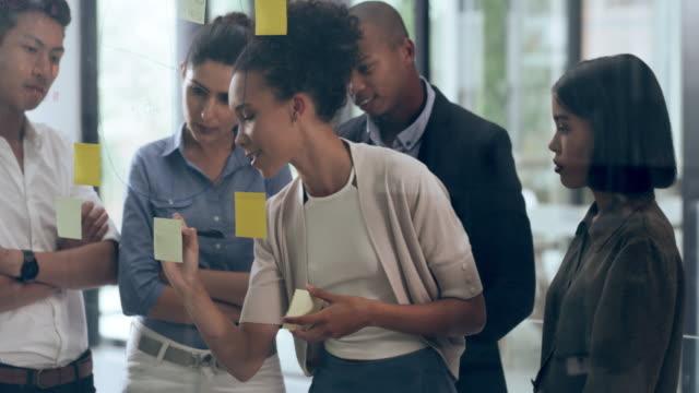 vidéos et rushes de décider sur la façon d'améliorer leur plan directeur - brainstorming