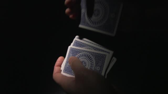vídeos y material grabado en eventos de stock de cu deck of cards being shuffled - carta naipe
