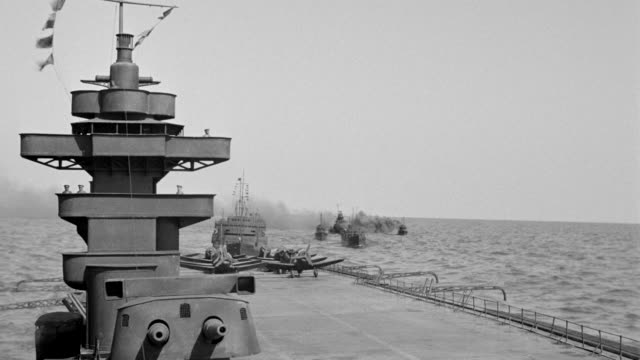 ms ts deck of japanese carrier to other carriers in ocean during combat (miniature) - schlachtschiff stock-videos und b-roll-filmmaterial