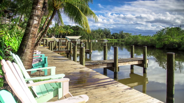 deckchairs on pier in florida - time lapse - florida stati uniti video stock e b–roll