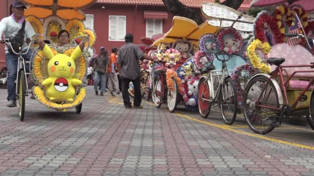 decked out with flashing lights and cartoon characters and pumping out loud music legions of rickety cycle rickshaws have become a hit with tourists... - riksha bildbanksvideor och videomaterial från bakom kulisserna